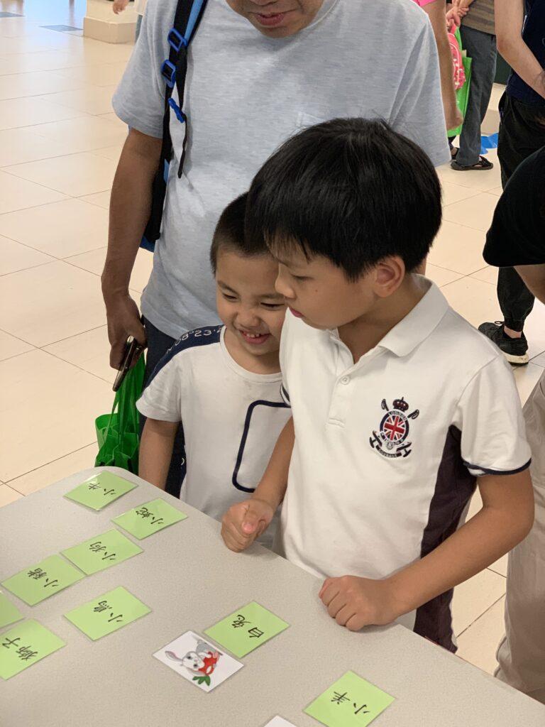 學生透過配對遊戲認識不同的字詞,真有趣呢!